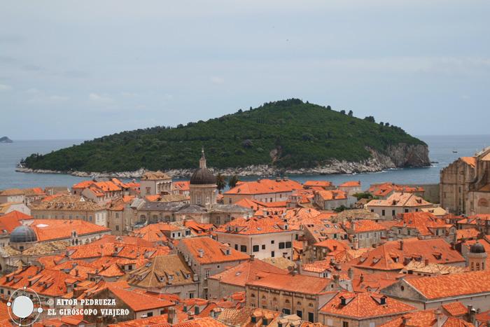 La isla de Lokrum tras los tejados de Dubrovnik