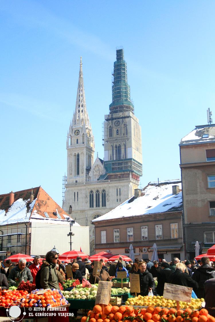 Mercado Dolac frente a la catedral de Zagreb